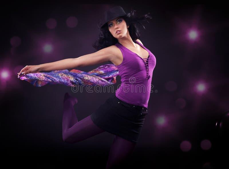 танцы брюнет красотки стоковое фото