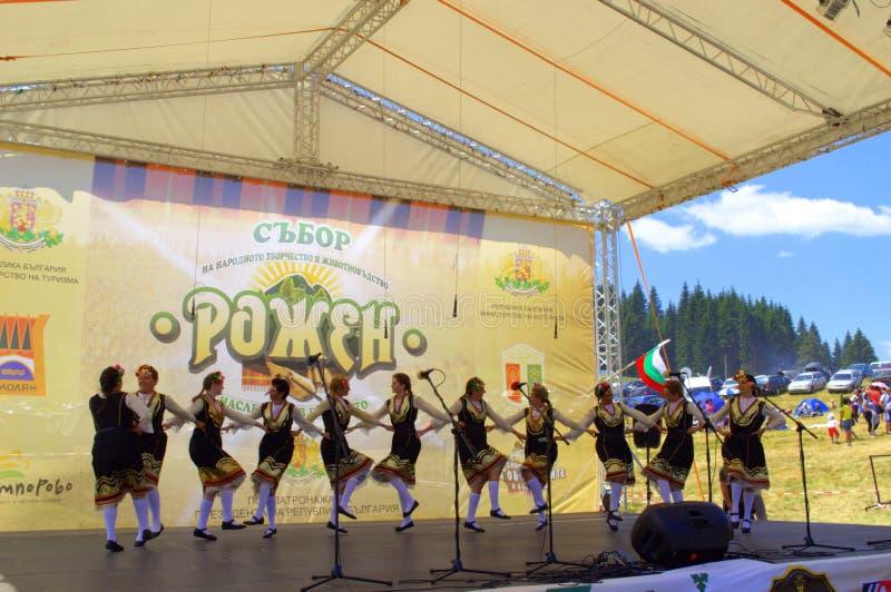 Танцы группы фольклора женщин на этапе стоковое фото