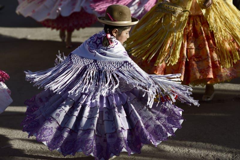 Танцы девушки Aymara на фестивале del Rosario Virgen в Chucuito, Puno, Перу стоковые изображения