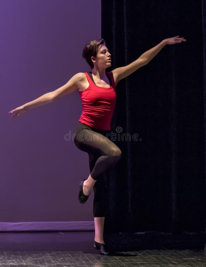 Танцы джаза девочка-подростка стоковые изображения rf
