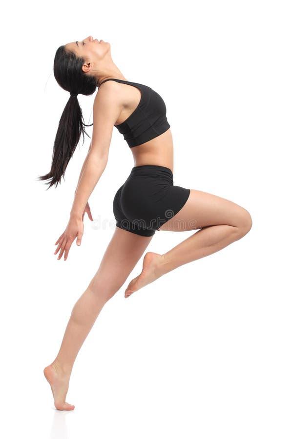 Танцы женщины фитнеса делая аэробные тренировки стоковое фото rf
