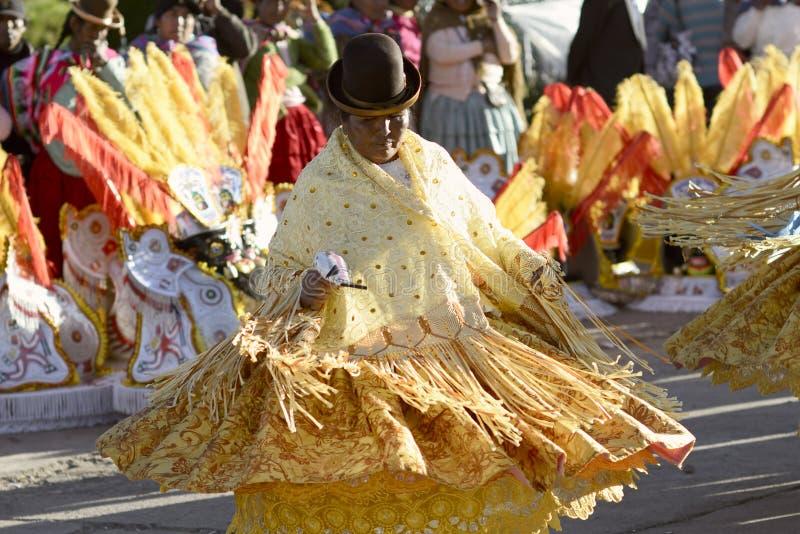Танцы женщины Aymara на фестивале del Rosario Virgen в Chucuito, Puno, Перу стоковая фотография