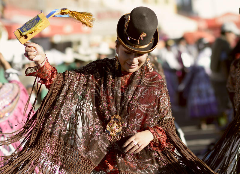 Танцы женщины Aymara на фестивале del Rosario Virgen в Chucuito, Puno, Перу стоковая фотография rf
