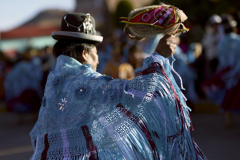 Танцы женщины Aymara на фестивале del Rosario Virgen в Chucuito, Puno, Перу стоковые фотографии rf