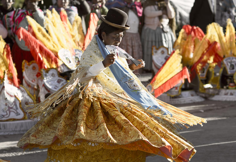 Танцы женщины Aymara на фестивале del Rosario Virgen в Chucuito, Puno, Перу стоковые изображения rf
