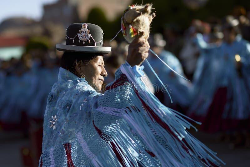 Танцы женщины Aymara на фестивале del Rosario Virgen в Chucuito, Puno, Перу стоковое изображение rf