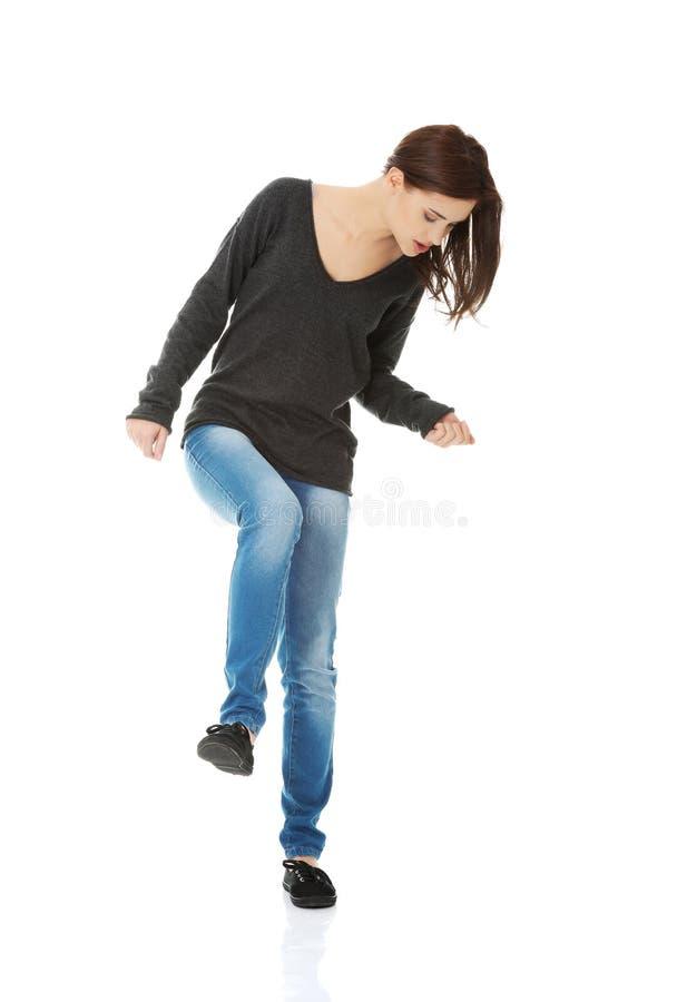 Танцы и смеяться над молодой женщины стоковое изображение rf