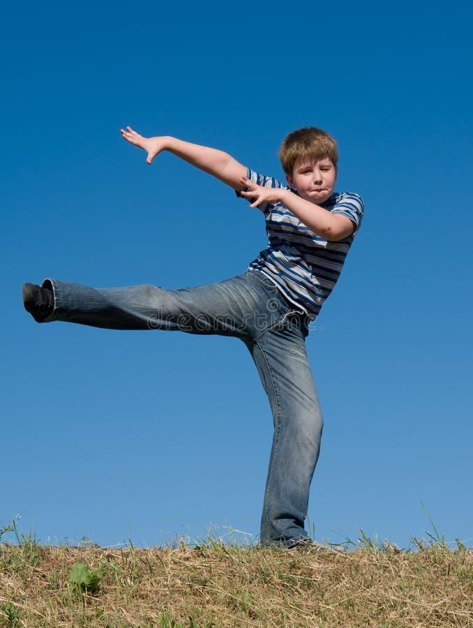 танцы мальчика немногая стоковое изображение