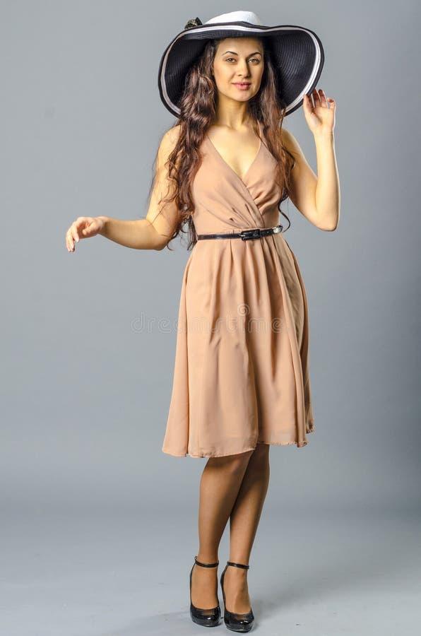 Download Танцы молодой женщины в винтажных платье и шляпе Стоковое Фото - изображение насчитывающей наслаждение, нот: 81812420