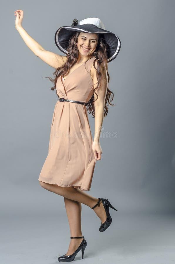 Download Танцы молодой женщины в винтажных платье и шляпе Стоковое Изображение - изображение насчитывающей красивейшее, приятельство: 81812429