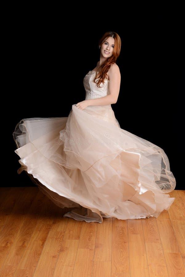Танцы невесты в платье Тюль стоковое изображение rf