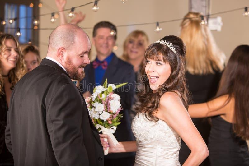 Танцы невесты с красивым человеком на приеме стоковое фото rf