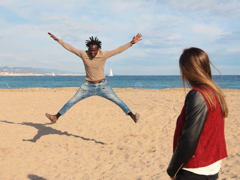 Танцы парня Сенегала пока она наблюдает стоковые фото