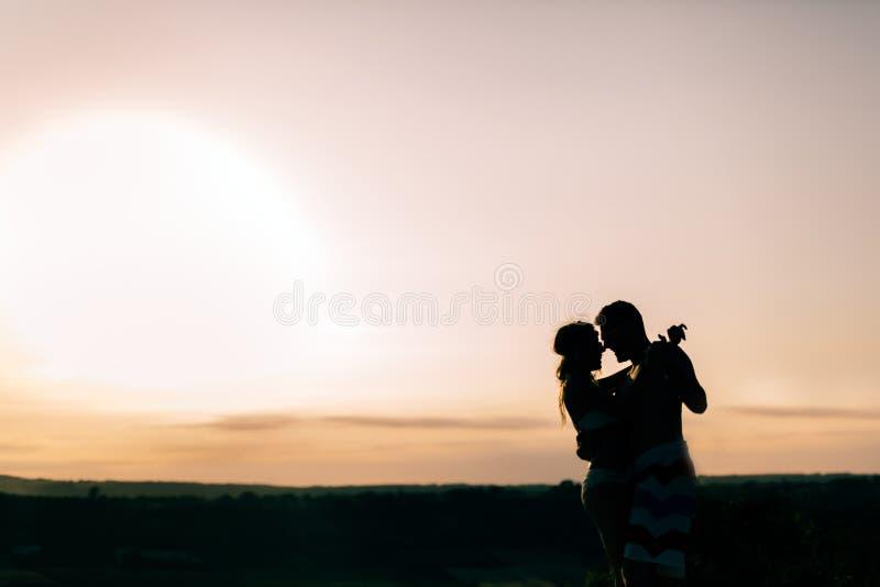 Танцы пар во время захода солнца стоковые фото