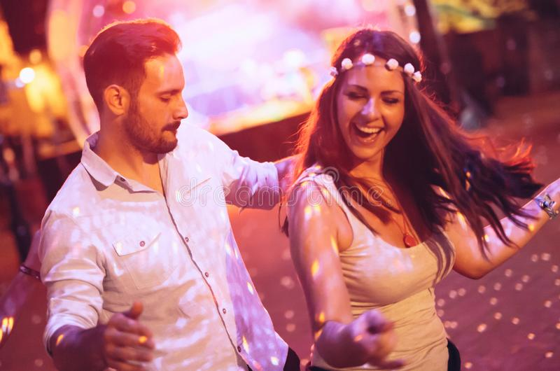 Танцы пар в клубе стоковое фото rf