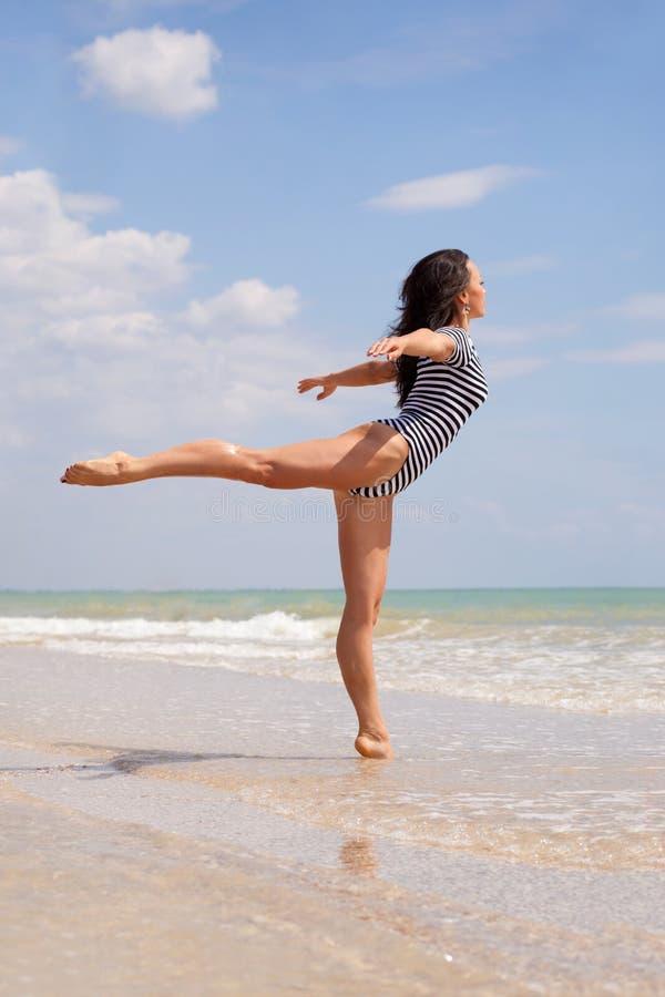 танцы пляжа стоковое изображение