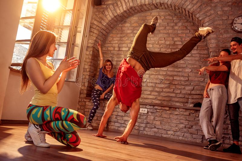 Танцы пролома художника улицы выполняя движения стоковое фото