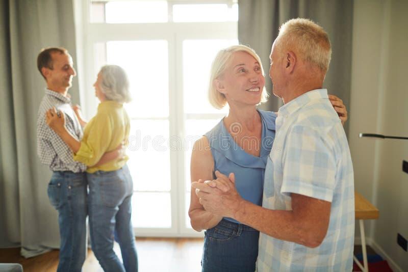 Танцы старших людей медленные на партии стоковое фото