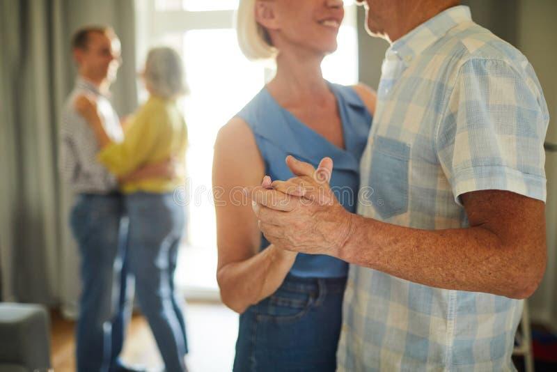 Танцы старших людей медленные совместно стоковое изображение rf