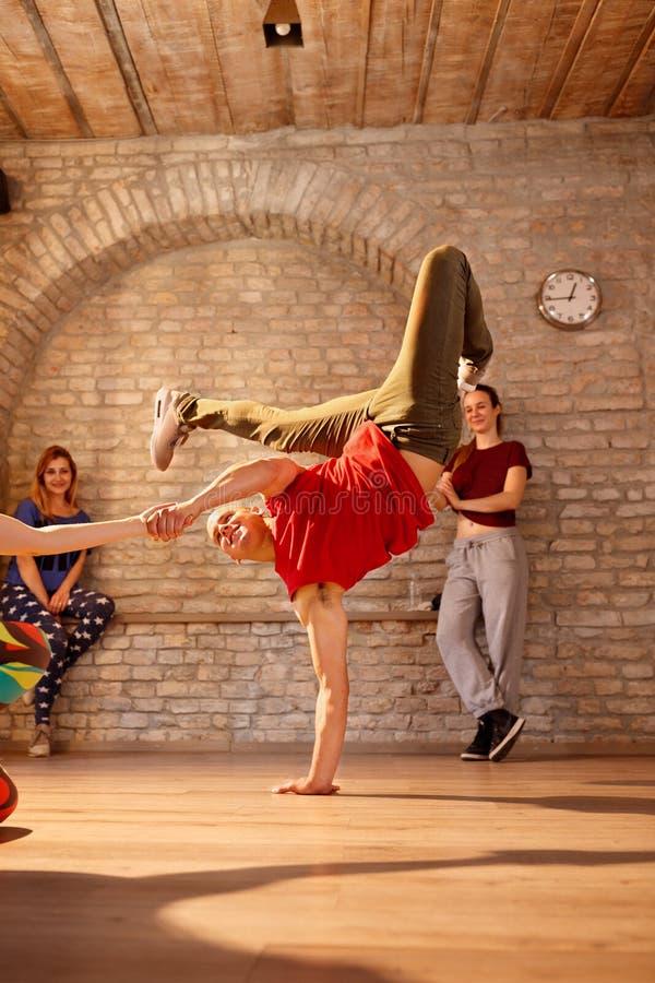 Танцы танцора тормоза в студии стоковая фотография