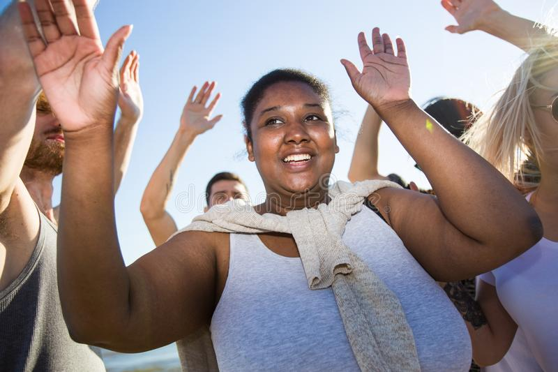 Танцы чернокожей женщины на партии стоковые изображения rf