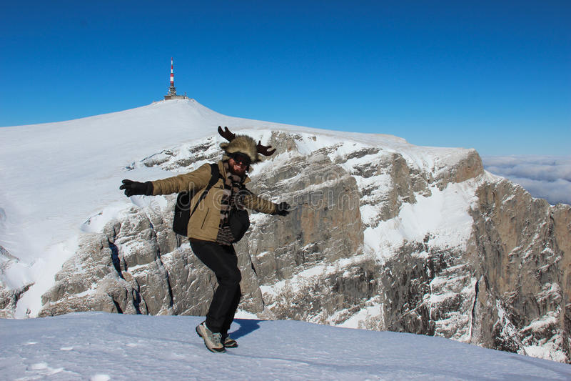 Танцы человека на верхней части горы стоковые фотографии rf