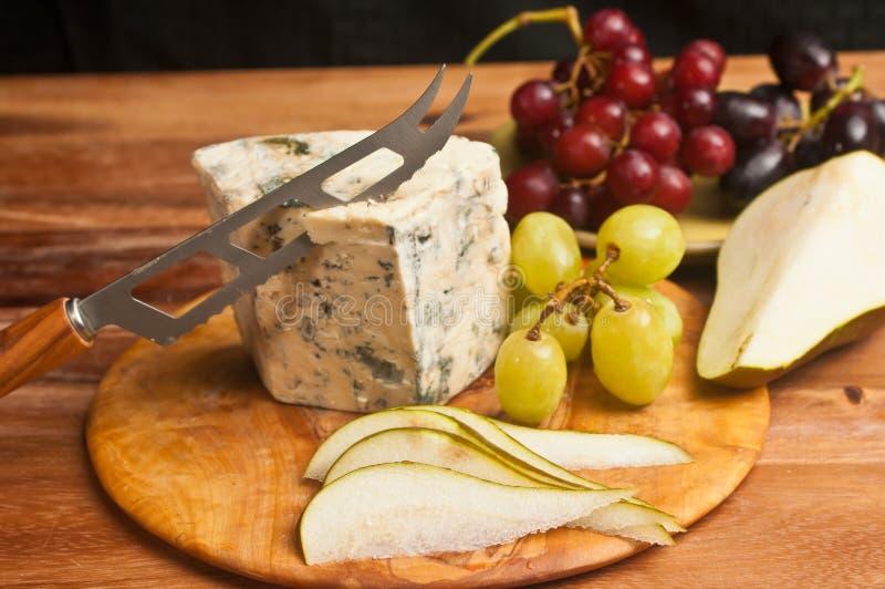 Тапас с голубым сыром, тонко нарезанный груш, зеленый и красный виноград стоковое изображение rf