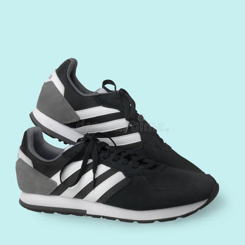 Тапки ботинок спорт Adidas черные на белой предпосылке o samara E 2019-04-13 стоковые фото