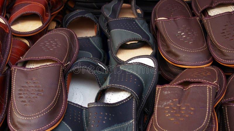 тапочки изолированные предпосылкой кожаные белые стоковое фото rf