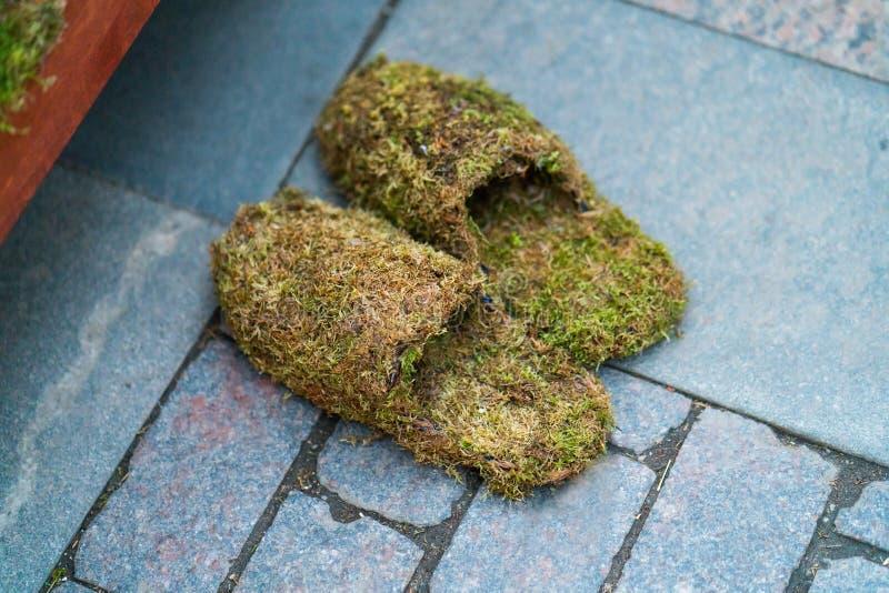 Тапочки сделанные концепции обуви темповых сальто сальто травы стоковые изображения rf