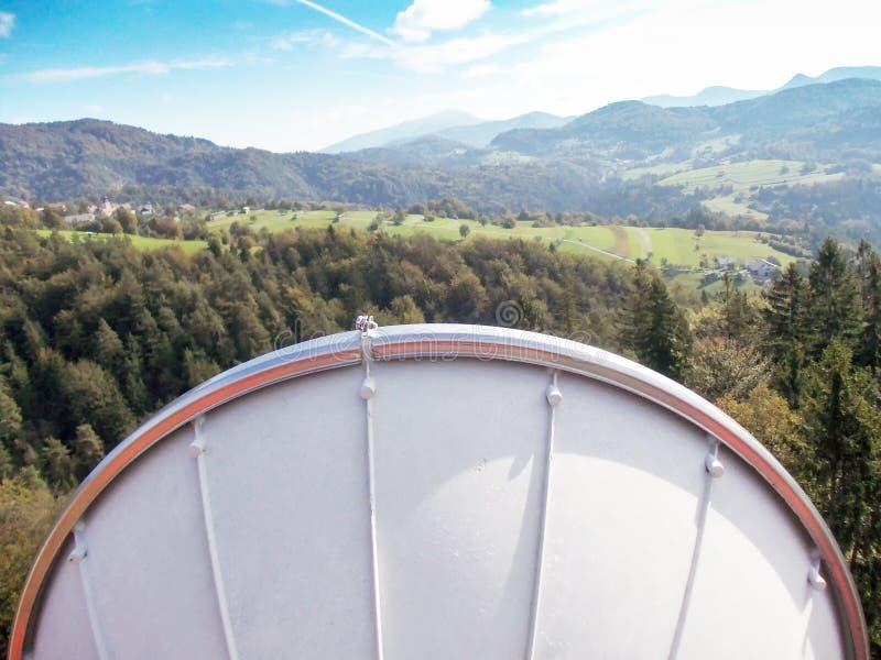Тарелка антенны передачи связи микроволны на башне металла сети радиосвязи клетчатой стоковое изображение