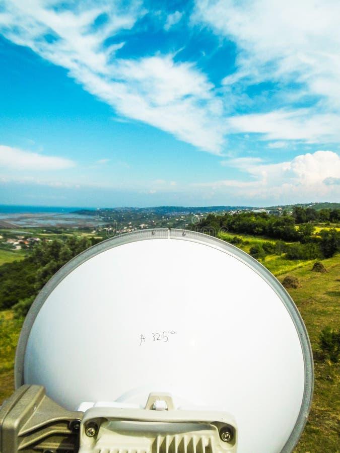 Тарелка антенны передачи связи микроволны на конструкции башни метал стоковые изображения rf