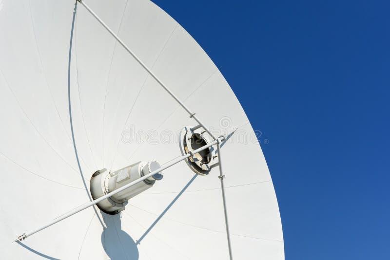 Тарелка антенны против неба стоковые изображения