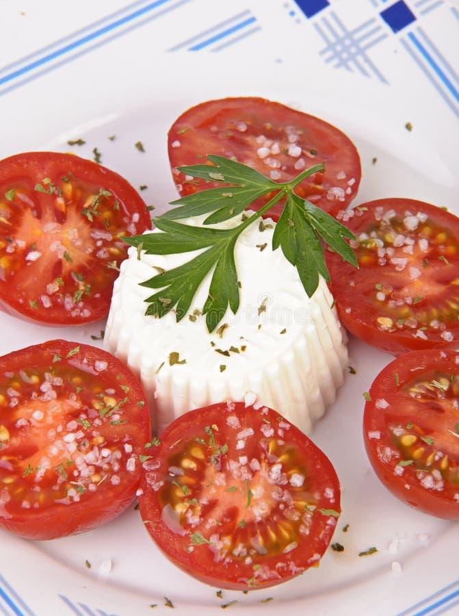 Тарелка свежего сыра с томатами стоковые фото