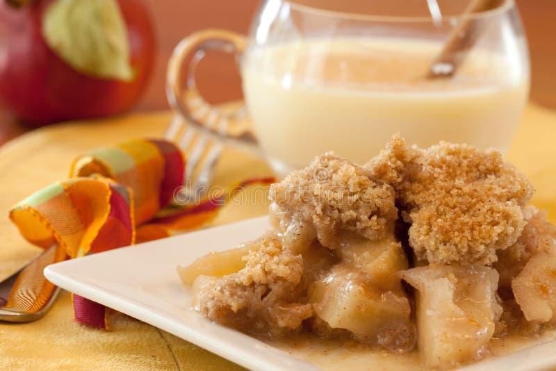 тарелка хрустящей корочки яблока стоковые фото