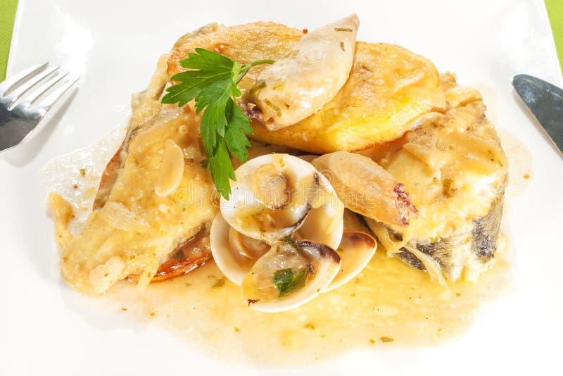 Рыбы с соусом морепродуктов стоковое изображение rf