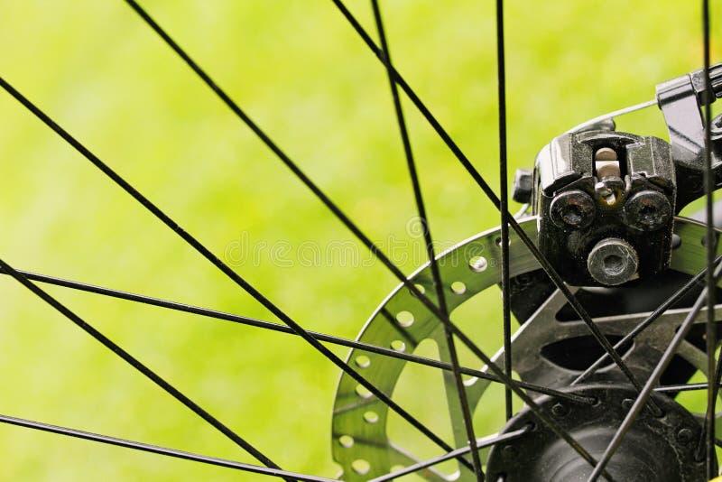 Тарельчатые тормозы велосипеда на предпосылке зеленой травы стоковые фотографии rf