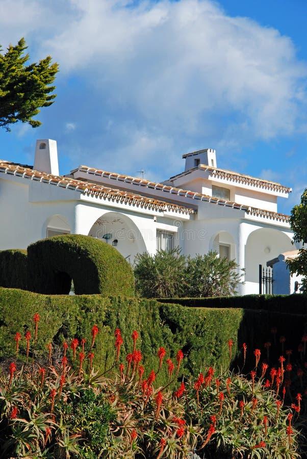 Таунхаусы и заводы Arborescens алоэ, Miraflores, Испания стоковые фото