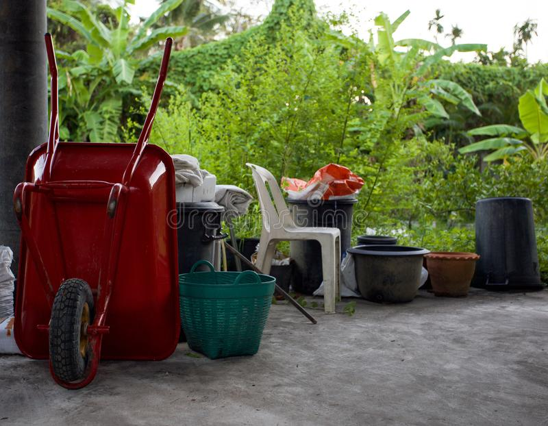 Тачка или вагонетка и оборудование для садовничать стоковое изображение rf