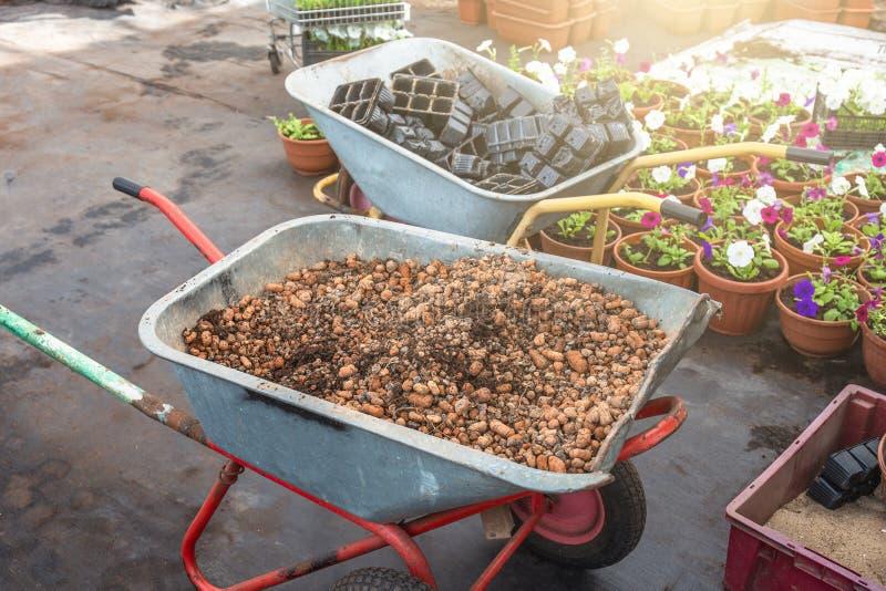 Тачка с гравием внутрь в современном парнике, промышленном оборудовании садовничая инструментов для садоводства стоковое изображение