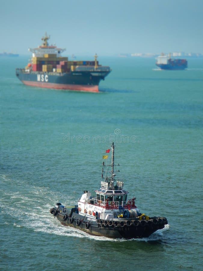 Тащите грузовие корабли шлюпки и, занятые пути воды стоковые изображения