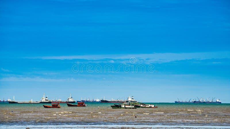 Тащите шлюпка, грузовой корабль плавая на море стоковые фотографии rf