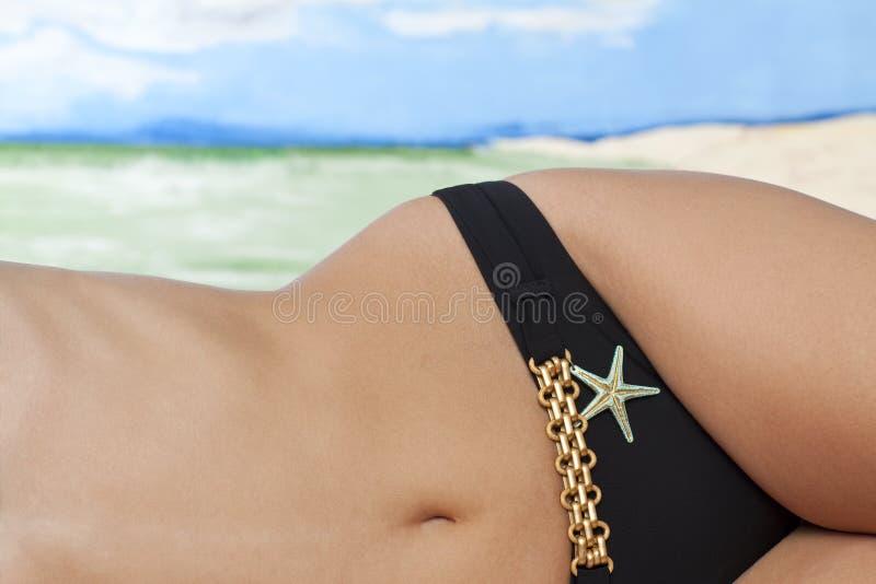 Талия женщины на пляже стоковые изображения rf