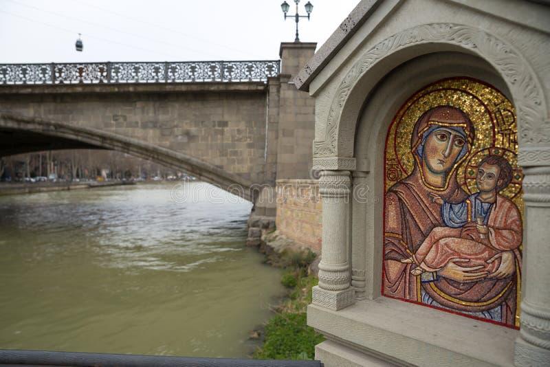 Тбилиси, Грузия - рынок 21 2019: Святой значок мозаики около церков Metekhi реки Kurain Тбилиси предположения, Грузии стоковое фото