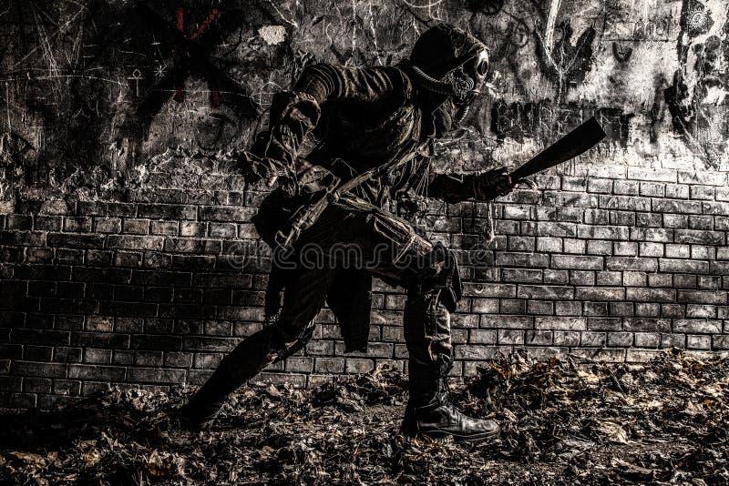 Тварь столба апоралипсическая крадясь в темных тоннелях стоковые фото