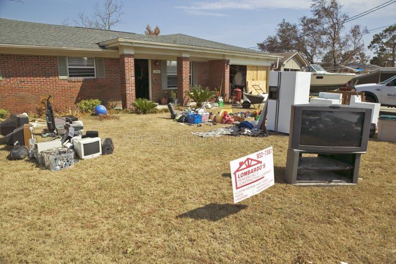 Твердые частицы перед домом тяжело ударили стоковая фотография