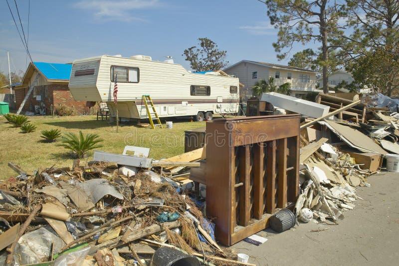 Твердые частицы и старый рояль перед домом тяжело ударили ураганом Иваном в Pensacola Флориде стоковая фотография