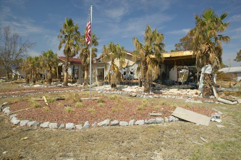 Твердые частицы перед домом тяжело ударили ураганом Иваном в Pensacola Флориде стоковые фото
