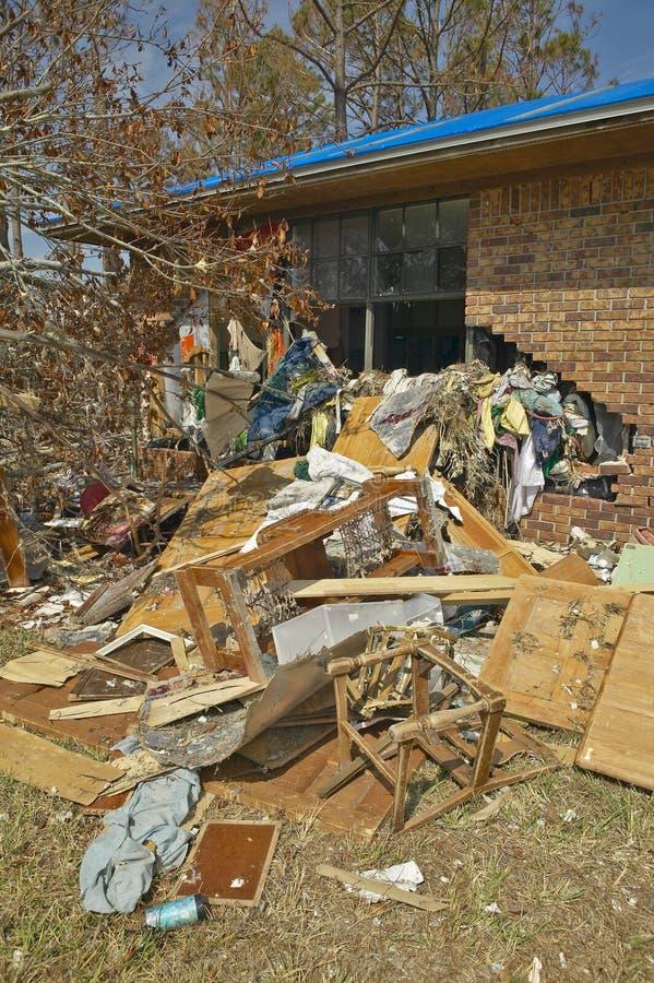 Твердые частицы перед домом тяжело ударили ураганом Иваном в Pensacola Флориде стоковые фотографии rf