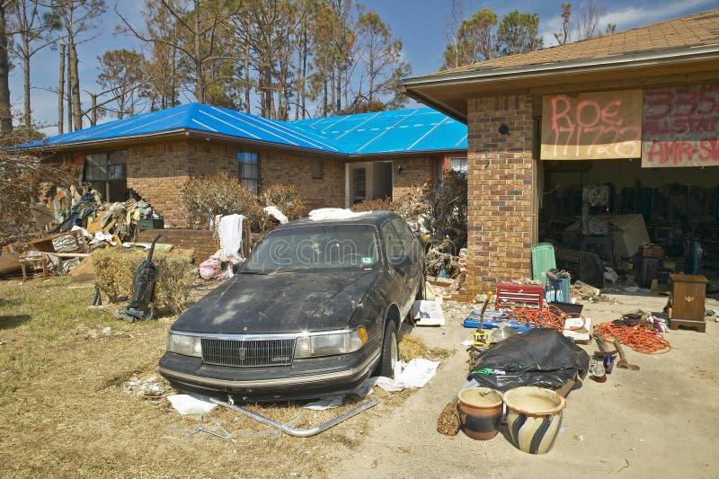 Твердые частицы перед домом тяжело ударили ураганом Иваном в Pensacola Флориде стоковая фотография
